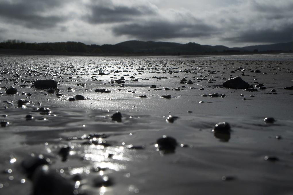 eb strand met kiezels zonsondergang saarshot