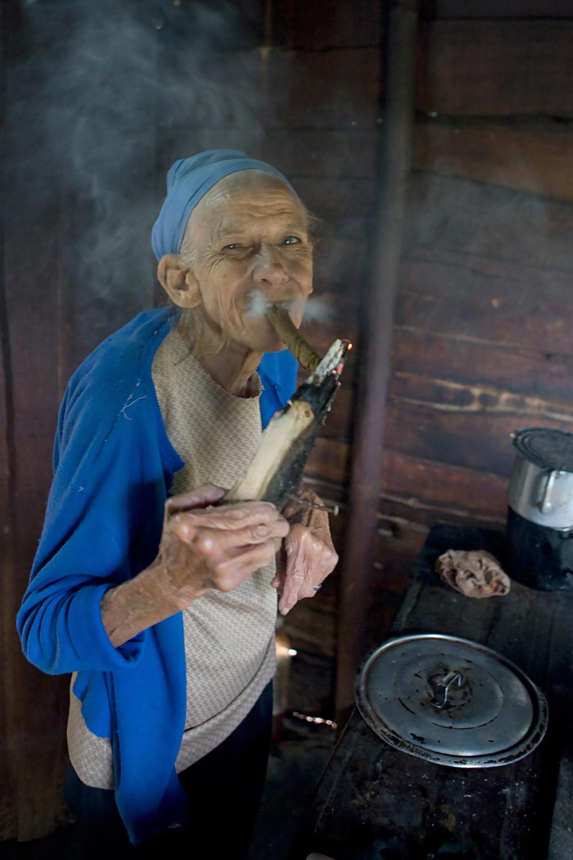 Saarshot Vinales Cuba vrouw met sigaar