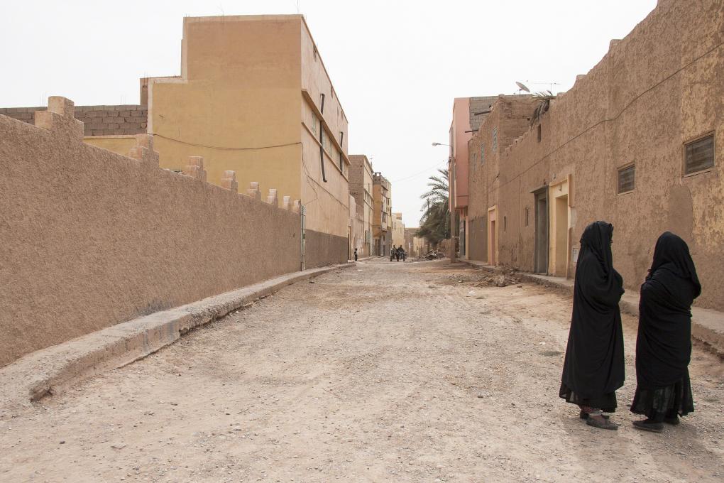 saarshot woestijn dorp marokko twee gesluierde vrouwen